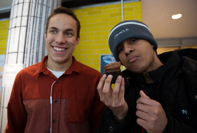 students eating cupcakes